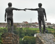 hands_across_the_divide_sculpture_derry_-_panoramio